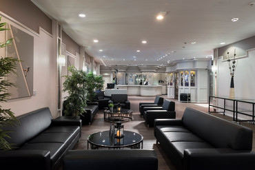 Hotel lobby with black leather sofas in Wyndham Garden Kassel